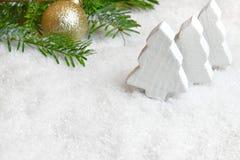 Julpynt i snowen arkivbilder
