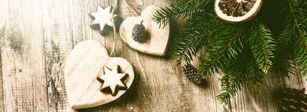 Julpynt i tappning utformar över gammal wood bakgrund Royaltyfria Bilder