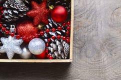 Julpynt i tappningträask som en förberedelse för att dekorera xmas-trädet Royaltyfri Foto