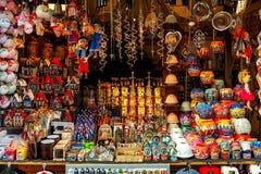 Julpynt i träkiosk i Prague, Tjeckien Arkivfoto