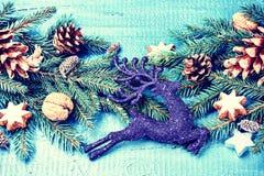 Julpynt med granfilialer, sörjer kottar och hjortar Royaltyfria Foton
