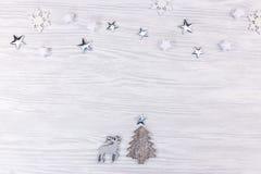 Julpynt med granträdet, hjortar och silverstjärnor fotografering för bildbyråer