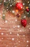 Julpynt med granträdfilialen på träbakgrund med snö, gjort suddig som gristrar med utrymme för text arkivbilder