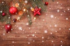 Julpynt med granträdfilialen på träbakgrund med snö, gjort suddig som gristrar med utrymme för text fotografering för bildbyråer