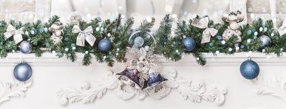 Julpynt med klockor och bollar och att gristra, glödande feriebakgrund Tema för lyckligt nytt år och Xmas- royaltyfri bild