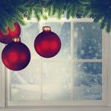 Julpynt mot fönster Arkivbilder