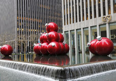 Julpynt nära den New York City gränsmärket radiosänder stadsmusik Hall Arkivfoton