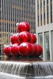 Julpynt nära den New York City gränsmärket radiosänder stadsmusik Hall Royaltyfria Foton