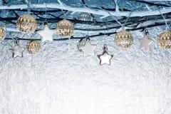 Julpynt och ferieljus som hänger på kal branche royaltyfria bilder