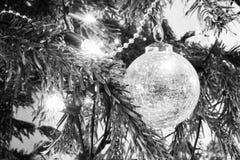 Julpynt och ljus på ett träd fotografering för bildbyråer