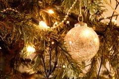 Julpynt och ljus på ett träd arkivfoto
