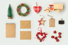 Julpynt och objekt för åtlöje upp mall planlägger Anteckningsbok, leksaklastbil och krans ovanför sikt Lekmanna- lägenhet arkivbild