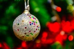 Julpynt och sörjer filialen Royaltyfri Foto