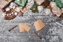 Julpynt och sörjer kottar på den gråa trätabellen vita röda stjärnor för abstrakt för bakgrundsjul mörk för garnering modell för  Royaltyfria Bilder