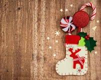 Julpynt och socka på wood bakgrund Härliga Chr Arkivbild