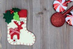Julpynt och socka på wood bakgrund Härliga Chr Fotografering för Bildbyråer