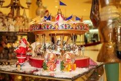 Julpynt och souvenir Musikalisk julkarusell Värme det tonade fotoet royaltyfria bilder