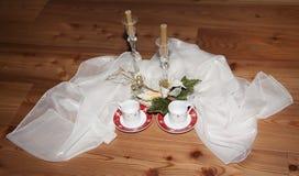 Julpynt och stearinljus med en trä eller wood bakgrund Arkivfoto