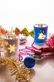 Julpynt och stearinljus på en ljus bakgrund Arkivbilder