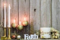 Julpynt och stearinljus vid wood bakgrund Royaltyfria Foton