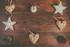 Julpynt och stjärnor på träbakgrund Fotografering för Bildbyråer