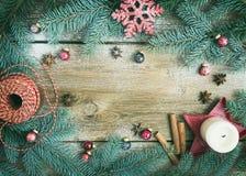 Julpynt: päls-träd filialer, färgrika glass bollar arkivfoton