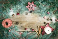 Julpynt: päls-träd filialer, färgrika glass bollar royaltyfri fotografi