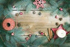 Julpynt: päls-träd filialer, färgrika glass bollar arkivbilder