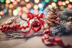 Julpynt på abstrakt vinterbakgrund Arkivfoton