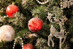 Julpynt på den röda bollen och hjortarna för julgran Royaltyfri Bild