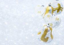 Julpynt på en bakgrund av briljant snö Arkivfoto