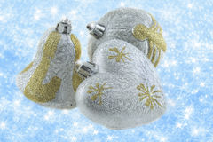 Julpynt på en bakgrund av briljant snö Royaltyfri Fotografi