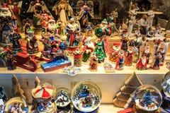 Julpynt på en julmarknad royaltyfri fotografi