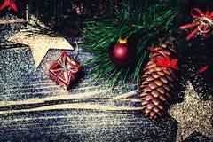 Julpynt på en lantlig wood bakgrund, retro tappning Arkivbilder