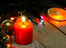 Julpynt på en träbakgrund Royaltyfria Bilder