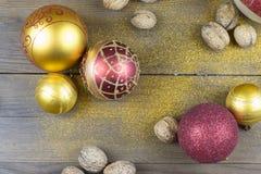 Julpynt på ett gammalt wood bräde Royaltyfria Foton