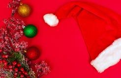 Julpynt på ett rött royaltyfria bilder