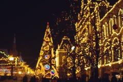 Julpynt på gatan, färgrik feriebokeh tänder arkivbild
