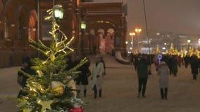 Julpynt på gatorna av storstaden Ut ur fokus går folket att shoppa stock video