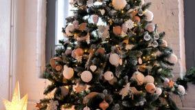 Julpynt på julgranen hemma, gåvor på golv lager videofilmer