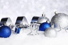 Julpynt på snö Royaltyfria Bilder