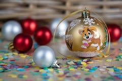 Julpynt på tabellen med konfettier Arkivbild