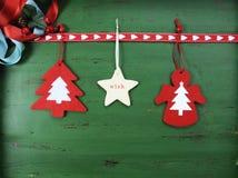 Julpynt på tappning gör grön wood bakgrund, med hängande filtprydnader Fotografering för Bildbyråer