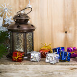 Julpynt på träbakgrunden Försilvra snowflaken arkivfoto