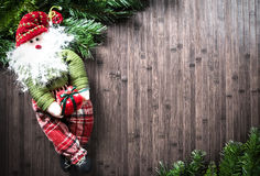 Julpynt på trätabellen arkivbild