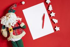 Julpynt på varm röd bakgrund Tema för jul och för nytt år Ställe för din text, önska, logo Åtlöje upp Arkivfoto