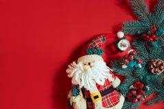 Julpynt på varm röd bakgrund Tema för jul och för nytt år Ställe för din text, önska, logo Åtlöje upp Arkivfoton