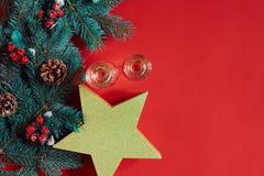 Julpynt på varm röd bakgrund Tema för jul och för nytt år Ställe för din text, önska, logo Åtlöje upp Arkivbilder