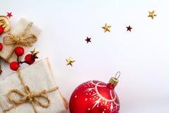 Julpynt på vit bakgrund, retro stil för tappning Övervintra Xmas-kortet med stjärnor, bollar och gåvor arkivfoto