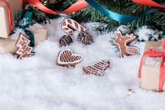 Julpynt på vit snö fotografering för bildbyråer